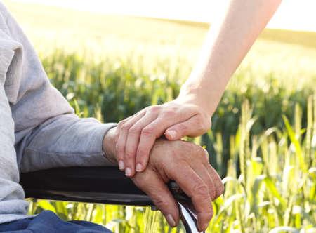 車椅子の高齢者の人々 を気遣います。 写真素材