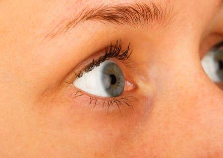 contact lenses: Tiro macro de un ojo azul el uso de lentes de contacto. Foto de archivo