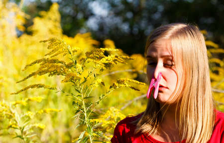 with pollen: Preventing inspiration of ragweed pollen because of allergy.