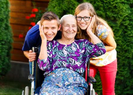 apoyo familiar: Abuela viejo tipo que se divierte con hermosos nietos.