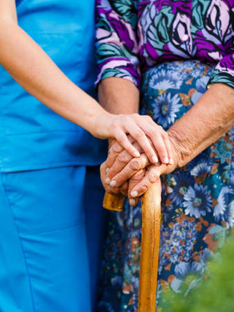 Supporting the elderly with Parkinson's disease - concept. Banque d'images