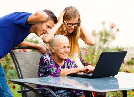 Grappige oma maken van een enorme puinhoop op de computer.