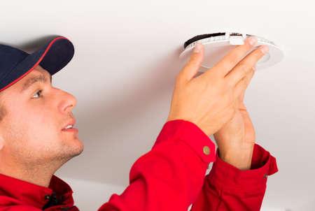 Montage: Montage neuer Technologien spezielle LED-Deckenleuchte. Lizenzfreie Bilder