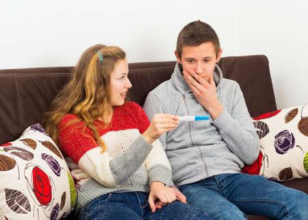 pregnancy test: Irresponsable pareja de adolescentes enfrentan un problema grave, embarazo. Foto de archivo