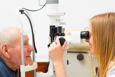 ojo humano: Paciente mayor con el glaucoma en el �ptico