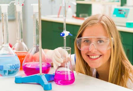 bureta: Químico joven que hace la investigación científica peligrosa de sustancias activas.