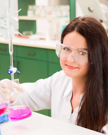 industria quimica: investigador exitoso comprobación de los venenos de la medicación.