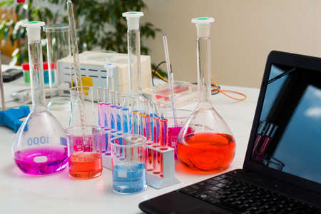 bureta: lección de química con una vista previa de los equipos y de reacción.