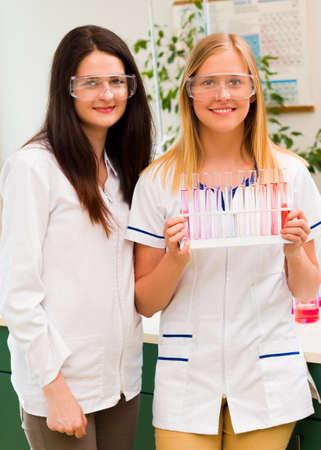 distillation: En formaci�n el resultado del laboratorio despu�s de la celebraci�n de la destilaci�n qu�mica. Foto de archivo