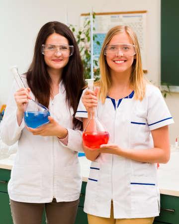 destilacion: estudiantes investigador para prestar atención en la destilación. Foto de archivo