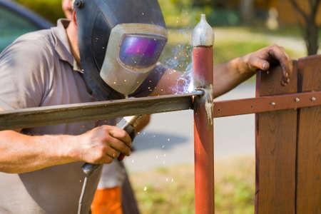 verjas: especialista en arquitectura con casco protector remodelación de edad listón en la puerta. Foto de archivo