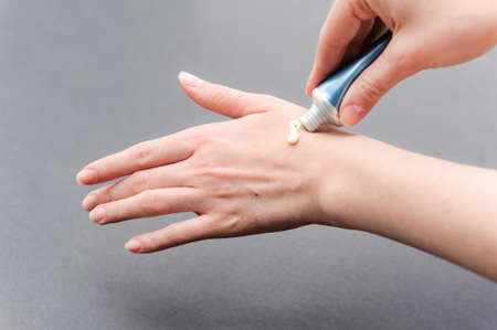 Skin care for female hands. Apply cream on your left hand. Stok Fotoğraf