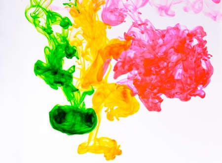 El color de los alimentos se cae y se disuelve en agua para obtener un resumen y un fondo.
