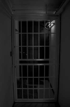 rejas de hierro: Barras de hierro de la puerta en la oscuridad de la noche Foto de archivo