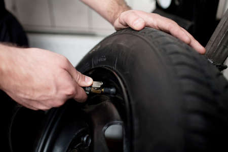 Mechanic Deflationierung Fahrzeug Reifen closeup