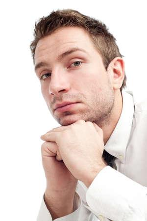 若いビジネスマンは怒って、悲しい人の肖像画。白で隔離されるクローズ アップ