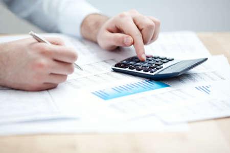 Finanzielle Daten analysieren. Zählen auf Rechner. Close-up. Geringe Tiefenschärfe Lizenzfreie Bilder