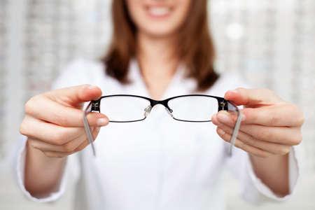 Nahaufnahme des Optometristen, Optiker geben Brille zu versuchen
