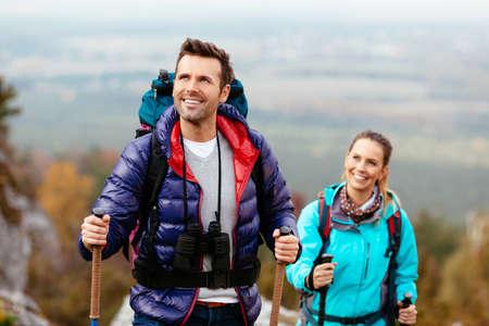 parejas felices: Los excursionistas disfrutar de la vista mirando rocas de Jura, Polonia