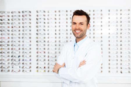 Zuversichtlich Optometristen, Optiker stehend im Speicher
