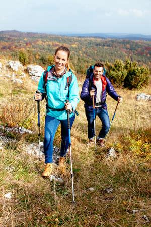 Junges Paar Wandern in der Natur mit Stöcken. Nordic Walking