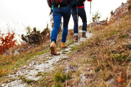 Pareja de senderismo en las montañas, caminar cuesta arriba