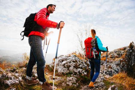 Paar Wandern in den Bergen