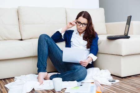 Frau die Zahlung von Rechnungen. Das Leben zu Hause Konzept