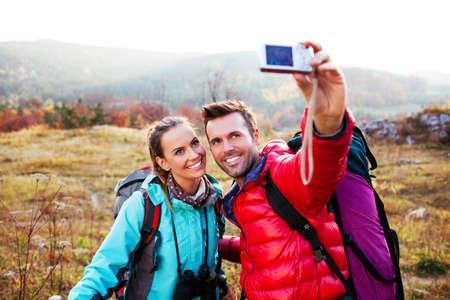 persona feliz: Pares jovenes que toman la foto auto. el concepto de viaje.
