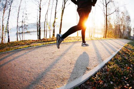 Mann, der am Morgen im Herbst laufen. Gesunde Lebensweise Konzept