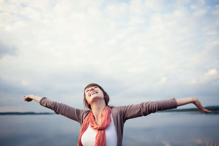 libertad: Feliz mujer joven con los brazos levantados, outdor. Foto de archivo