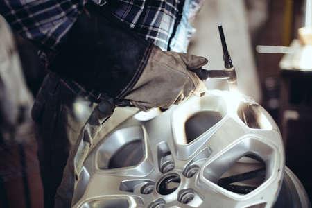 Réparation des roues en alliage, soudure jante alliage. Banque d'images - 53950658