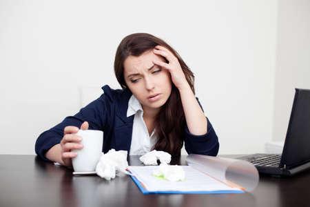 Zieke vrouw op het werk drinken koffie Stockfoto