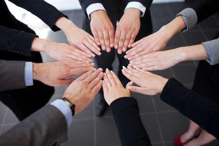 gente trabajando: La gente de negocios que une las manos. El trabajo en equipo Foto de archivo