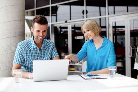 dos personas hablando: Los diseñadores que trabajan en la computadora portátil en la oficina de coworking. conceptos de trabajo en equipo.