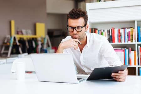 geek: Dise�ador que trabaja con el ordenador port�til Foto de archivo