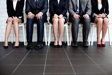 jovenes estudiantes: Personas estresantes en espera de la entrevista de trabajo Foto de archivo