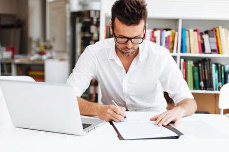contrato de trabajo: Contrato de firma del hombre ocasional