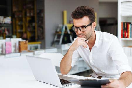 Student werken op laptop in de bibliotheek Stockfoto