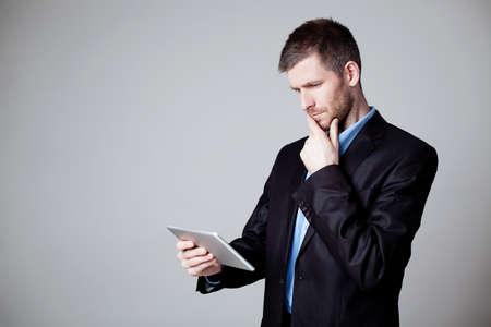 Geschäftsmann unter Verwendung der digitalen Tablette isoliert photo