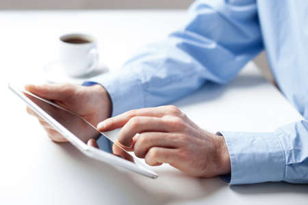 Nahaufnahme der Geschäftsmann Analyse von Daten auf dem Tablet photo