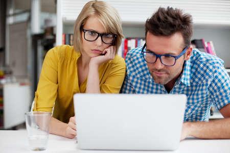 두 학생 컴퓨터에 도서관에서 학습