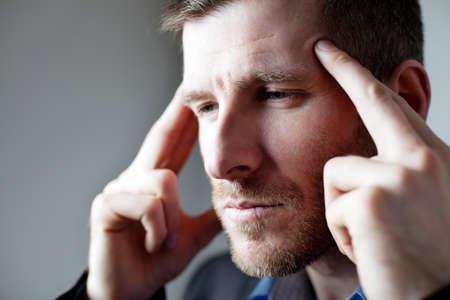 homme triste: Homme d'affaires avec des maux de t?te