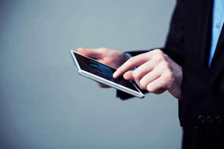 Close-up der Geschäftsanalysetabelle auf digitalen Tablette. Cross verarbeitet Bild. photo