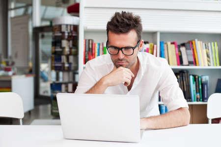 Gelukkig man werken op de laptop