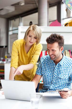 Glückliche Kursteilnehmer in der Bibliothek auf dem Laptop lernen Standard-Bild