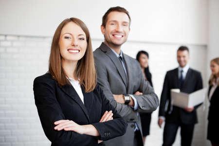 Gruppe Geschäftsleute, die mit weiblichen Leiter im Vordergrund