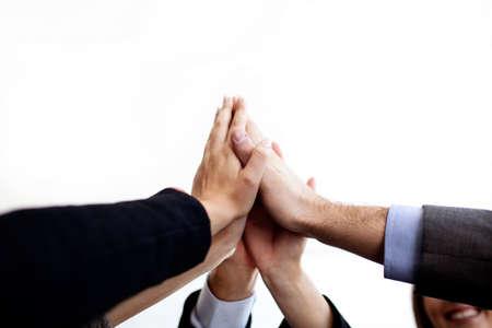 manos levantadas: La gente de negocios que une las manos aisladas.