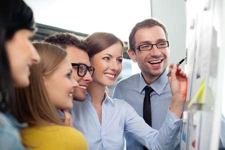 Jong commercieel team dat in bureau werkt