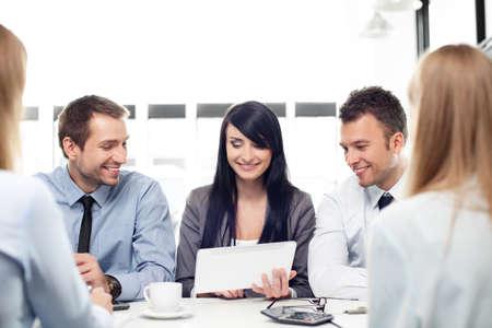 작동하는 사업 사람들의 그룹